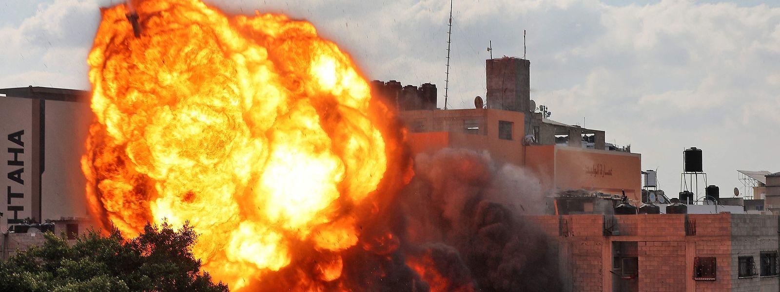 Das Bild zeigt einen Feuerball, der das Al-Walid-Gebäude verschlingt, das bei einem israelischen Luftangriff auf Gaza-Stadt am frühen Morgen zerstört wurde.