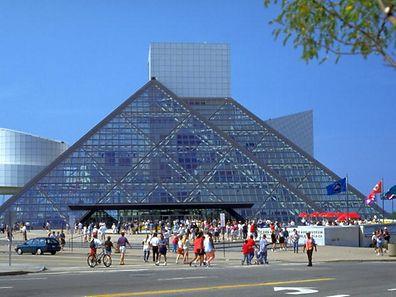"""Zum Themendienst-Bericht """"Tourismus/USA/Musik/KORR/"""" von Tina Eck vom 15. Juni: Die Pyramide von Cleveland: Entworfen wurde die """"Rock'n'Roll Hall of Fame"""" vom Architekten I.M. Pei. (Die Veröffentlichung ist für dpa-Themendienst-Bezieher honorarfrei. Quellenhinweis: """"Rock and Roll Hall of Fame and Museum/dpa/tmn. Das Bild darf nur in Zusammenhang mit dem genannten Text verwendet werden.)  Foto: Rock and Roll Hall of Fame and Museum"""