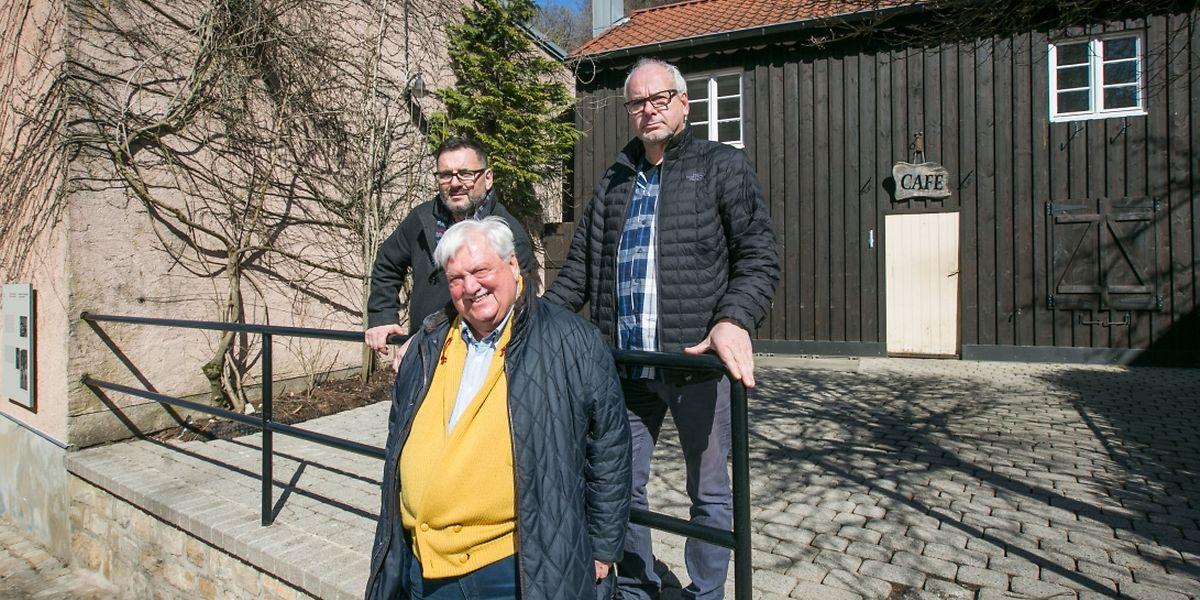 """Alves Berto (hinten links) und José Capela (hinten rechts) sind davon überzeugt, dass die Besucher das Café im Fond-de-Gras weiterhin """"Giedel"""" nennen werden. Beide haben Tony Tintinger  als Berater."""