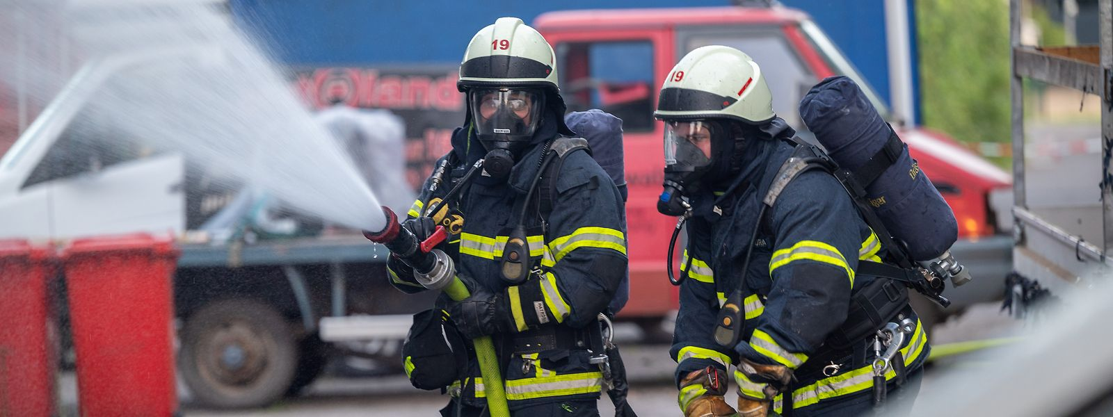 Feuerwehrleute sind mit Löscharbeiten an einer Halle beschäftigt. Dort war es am Donnerstagabend aus noch unbekannter Ursache zum Brand eines Autohauses mit Werkstatt undErsatzteillager gekommen.