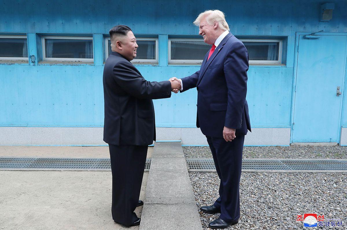 Panmunjom: Dieses von der staatlichen nordkoreanischen Nachrichtenagentur KCNA zur Verfügung gestellte Foto zeigt Kim Jong Un, Machthaber von Nordkorea, und Donald Trump, Präsident der USA, bei ihrem Treffen in der Demilitarisierten Zone.