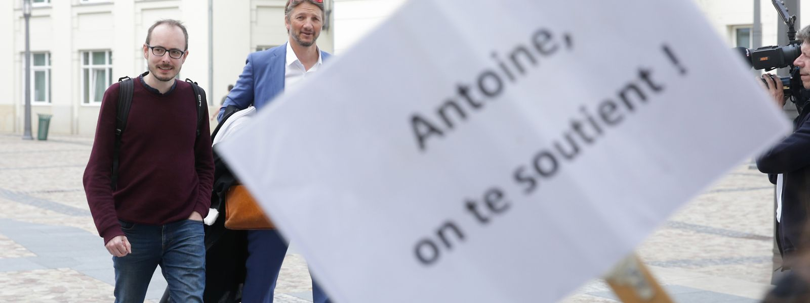 Antoine Deltour e o advogado Philippe Penning.