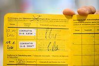 19.01.2021, Hessen, Frankfurt/Main: Zeynep Kallmayer, Pflegegruppenleiterin der Covid-19-Intensivstation C1 am Uniklinikum Frankfurt, zeigt ihren Impfpass mit den beiden Eintragungen für die Corona-Impfung. Kallmayer hat ihre zweite Impfung gegen das Coronavirus erhalten. Für den vollen Impfschutz ist mit Abstand von mehreren Wochen eine zweite Impfung nötig. Foto: Andreas Arnold/dpa +++ dpa-Bildfunk +++