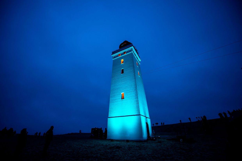 Aalborg, Dänemark. Der Rubjerg Knude Leuchtturm erstrahlt zu seiner Wiedereröffnung. Damit er nicht ins Meer stürzt, musste er 80 Meter landeinwärts versetzt werden.