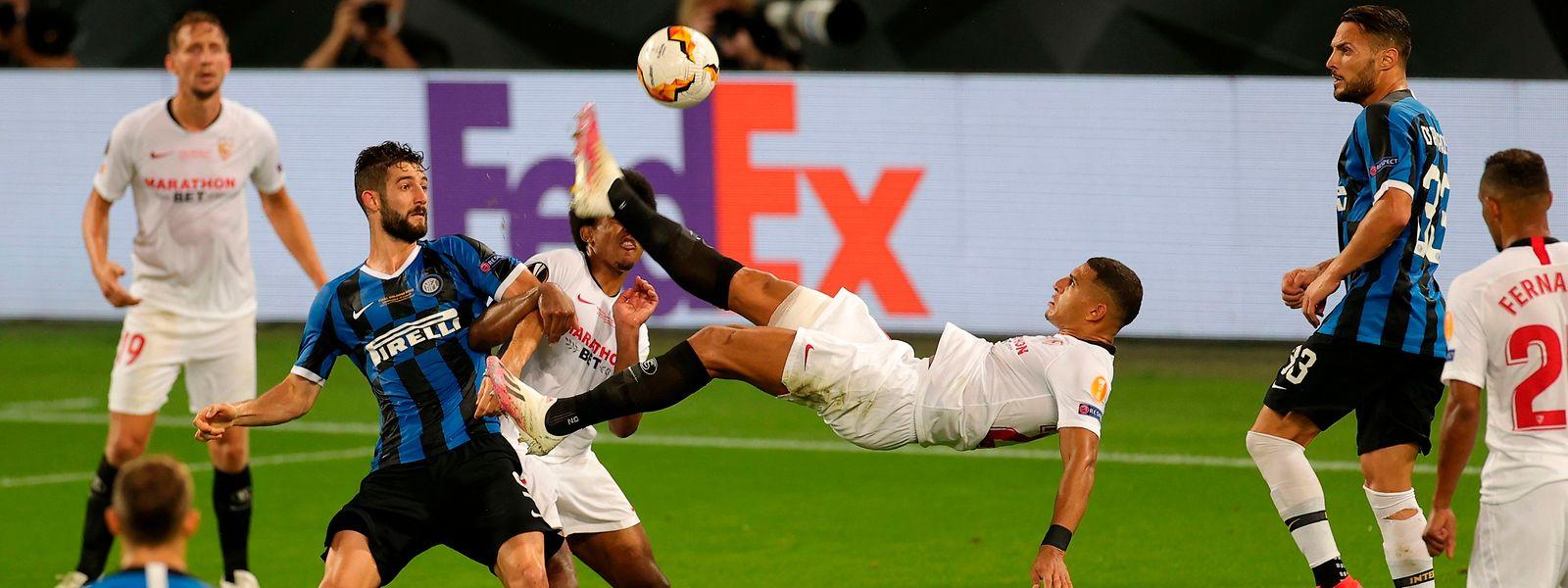 Le défenseur brésilien Diego Carlos inscrit le troisième but sévillan d'un superbe retourné