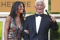 Jean-Paul Belmondo und seine Freundin Barbara Gandolfi freuen sich über seine neue Trophäe.