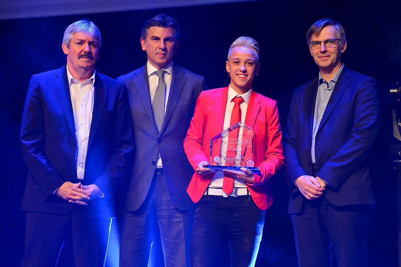 Die Fußballerin des Jahres der Saison 2016/2017 Karen Marin zusammen mit FLF-Präsident Paul Philipp, Ioan Lupescu (UEFA) und Saint Paul-Generaldirektor Paul Peckels.