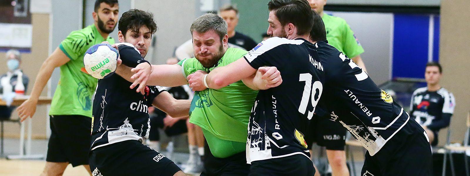 Eric Schroeder (l.) setzt sich gegen Eschs Julien Kohn (r.) durch. Schon bald wird der Ex-Nationalspieler solch intensive Duelle als Schiedsrichter beobachten.
