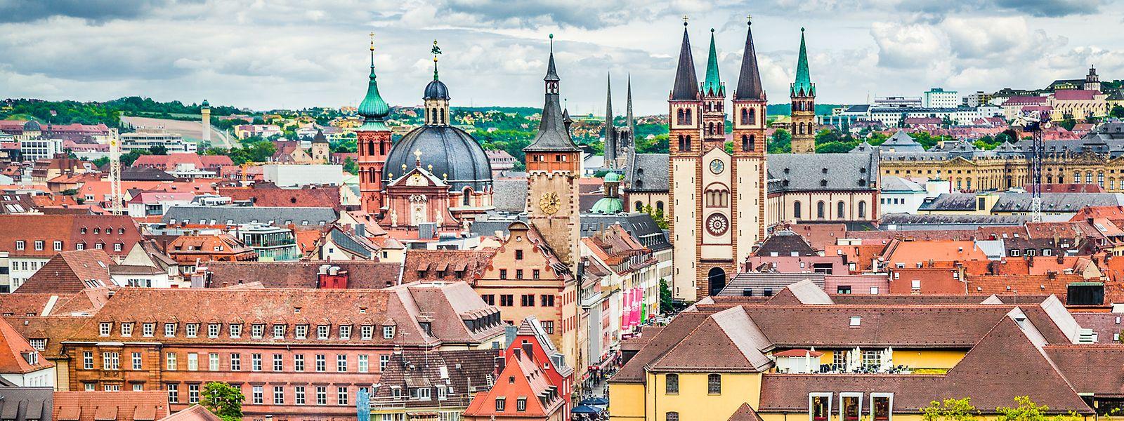Blick auf Würzburg: Die knapp 130.000 Einwohner zählende Universitätsstadt im Nordwesten Bayerns wurde zwar durch einen Bombenangriff während des Zweiten Weltkriegs größtenteils zerstört, erstrahlt mittlerweile aber wieder in neuem Glanz.