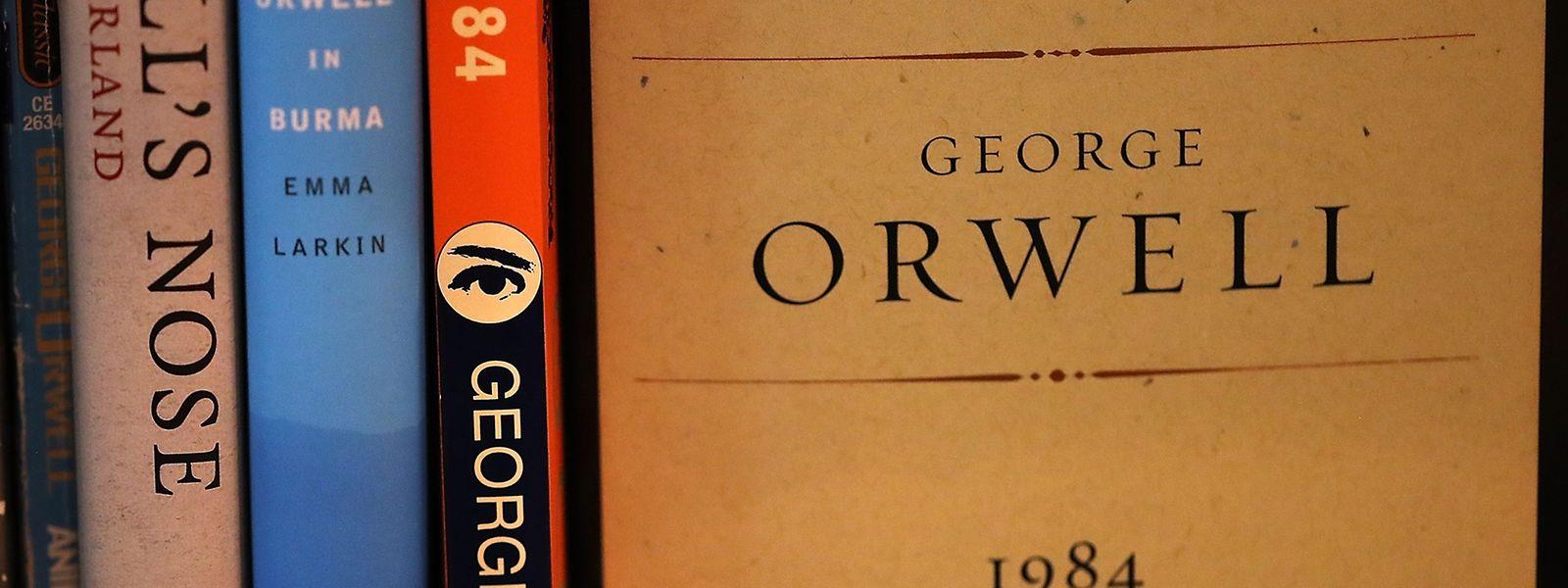 """Wieder weiter vorn im Regal: George Orwells düsteres Szenario """"1984""""."""