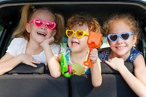 auto, automobil, kabine, pkw, wagen, wagon, kind, kitz, scherzen, spaßen, veräppeln, drogenrausch, reise, stolpern, trip, sommer, kind, spielende, spielender, spielt, route, straße, straßen, campen, lager, zelten, zeltlager, ausreisen, bereisen, fortpflanzen, reisen, ausritt, fahren, reiten, amüsement, lustig, lustiger, spaß, spaßig, vergnügen, vergnügung, boy, bub, bursche, junge, jungs, kerl, knabe, knappe, sonne, ehren, liebe, lieben, lieber, liebes, liebling, null, schatz, zuneigung, heranwachsender, jugend, jugendliche, jugendlicher, lachen, lachend, lachende, lachender, lachendes, portrait, porträt, freien, freien, baby, kleinkind, säugling, leben, lebensdauer, lebenslanglich, lebenslänglich, freiheit, freiheits, angehörigen, besiedeln, bevölkern, bewohnen, familie, leute, menschen, verwandten, volk, fahrzeug, gefährt, mittel, vehikel, lächelnd, lächelnde, sicherheit, sicherheitsdienst, familie, familiär, klan, wohngemeinschaft, bruder, empfindung emotion, gefuhl, gefühl, frau, maedchen, mädchen, mädel, bewegung, kindheit, beförderung, transport, transportwesen, gesundheit, annullierung, erholungsurlaub, ferien, preisgabe, urlaub, bisschen, colloquial lütt, klein, lützel, wenig, art, ausgang, ausweg, methode, weise, krankenschwester, schwester, activ, aktiv, aktive, flink, gewandt, rührig, tätig, goldig, niedlich, suss, süß, abkommling, abkömmling, brut, jugend, jung, junge, junger, junges, nachkomme, nachwuchs, unerfahren, habend, hat, abschlag, antreiben, antrieb, auffahrt, drive, einfahrt, einschlagen, fahren, fahrt, laufwerk, schlagen, trieb, zufahrt, beisammen, zusammen, freude, freundlich, froehlich, frohgemut, frohlich, fröhlich, fröhliche, vergnügt, natur, weltnaturerbe, blatt, geleiten, hand, hande, handen, handgriff, handlanger, handschrift, handvoll, händen, reichen, seite, zeiger, glucklich, glücklich, glückliche, gücklich (Foto: Shutterstock)