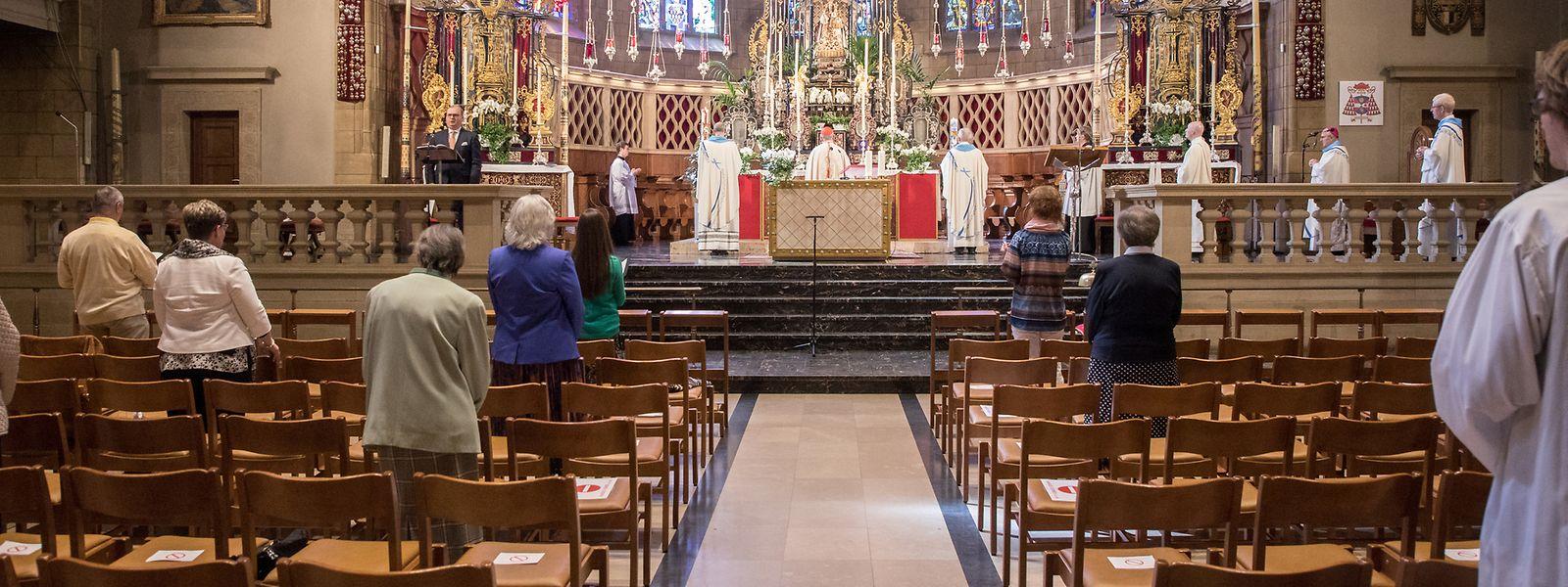 Dans la cathédrale de Luxembourg, certaines rangées sont condamnées en raison de la pandémie. Un modèle qui sera repris dans les églises sélectionnées pour les offices religieux aussitôt qu'ils pourront reprendre.
