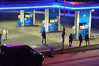 19.09.2021, Rheinland-Pfalz, Idar-Oberstein: Polizisten sichern eine Tankstelle. Ein Angestellter derTankstelle ist in Idar-Oberstein in Rheinland-Pfalz von einem mit einer Pistole bewaffneten Mann erschossen worden. Diebeiden Männer waren am Samstagabend vor dem Tankstellengebäude in Streit geraten, wie die Polizei mitteilte. Anschließend flüchtete derTäter zu Fuß. Foto: Christian Schulz/Foto Hosser/dpa +++ dpa-Bildfunk +++