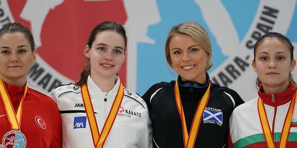 Jenny Warling (deuxième en partant de la gauche) entourée de son adversaire turque en finale (à sa droite) et des deux demi-finalistes.