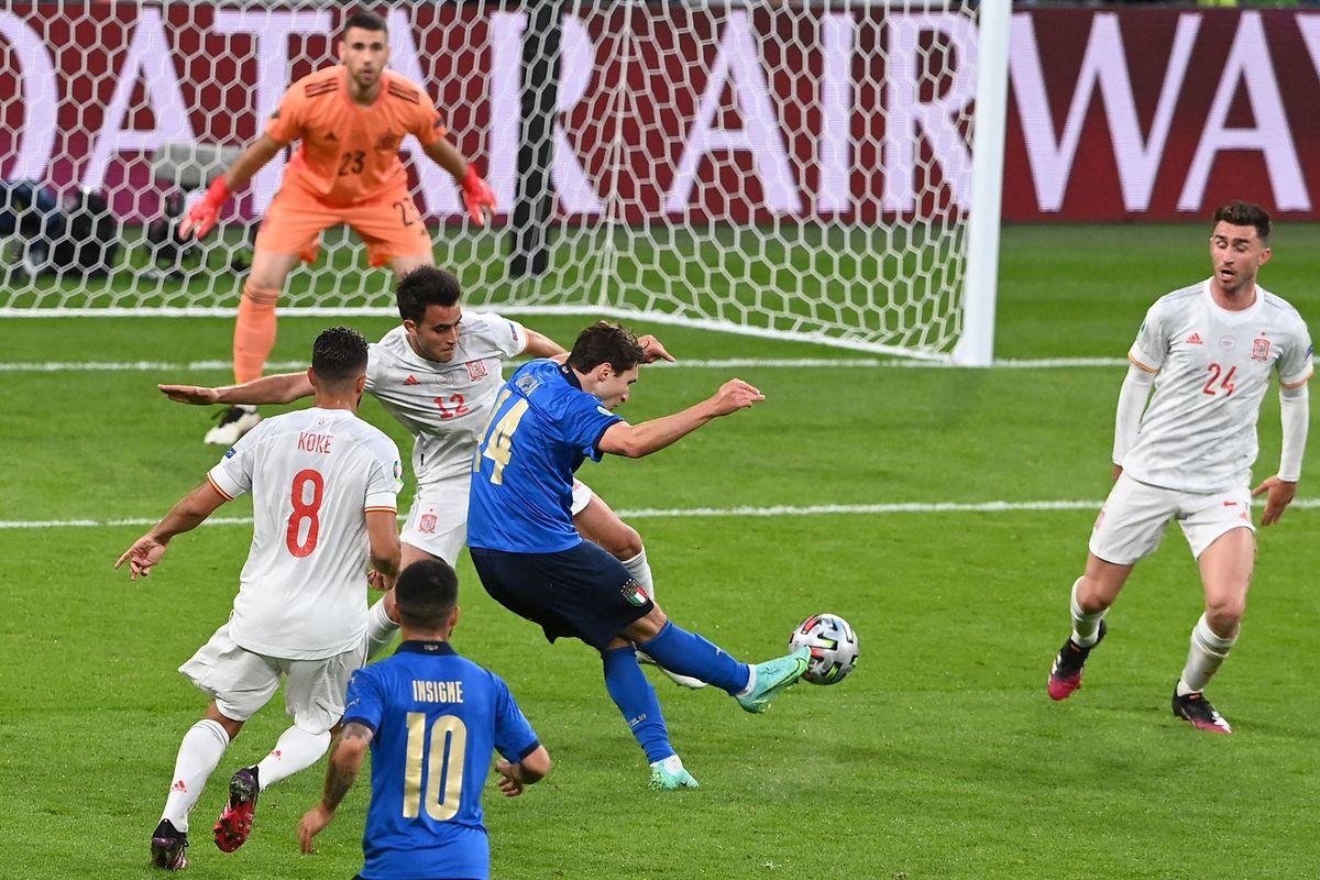 Italiens Federico Chiesa erzielt den ersten Treffer der Partie.