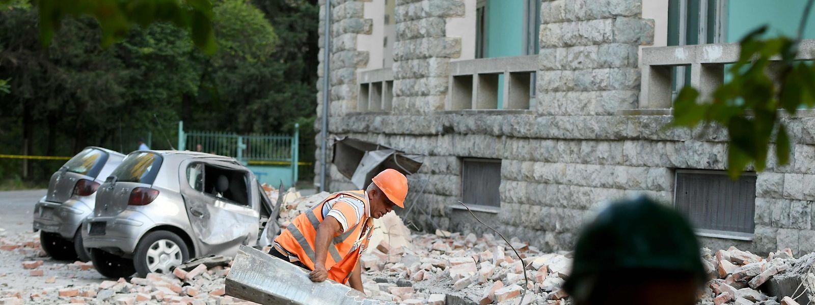 In Tirana haben die Aufräumarbeiten begonnen.