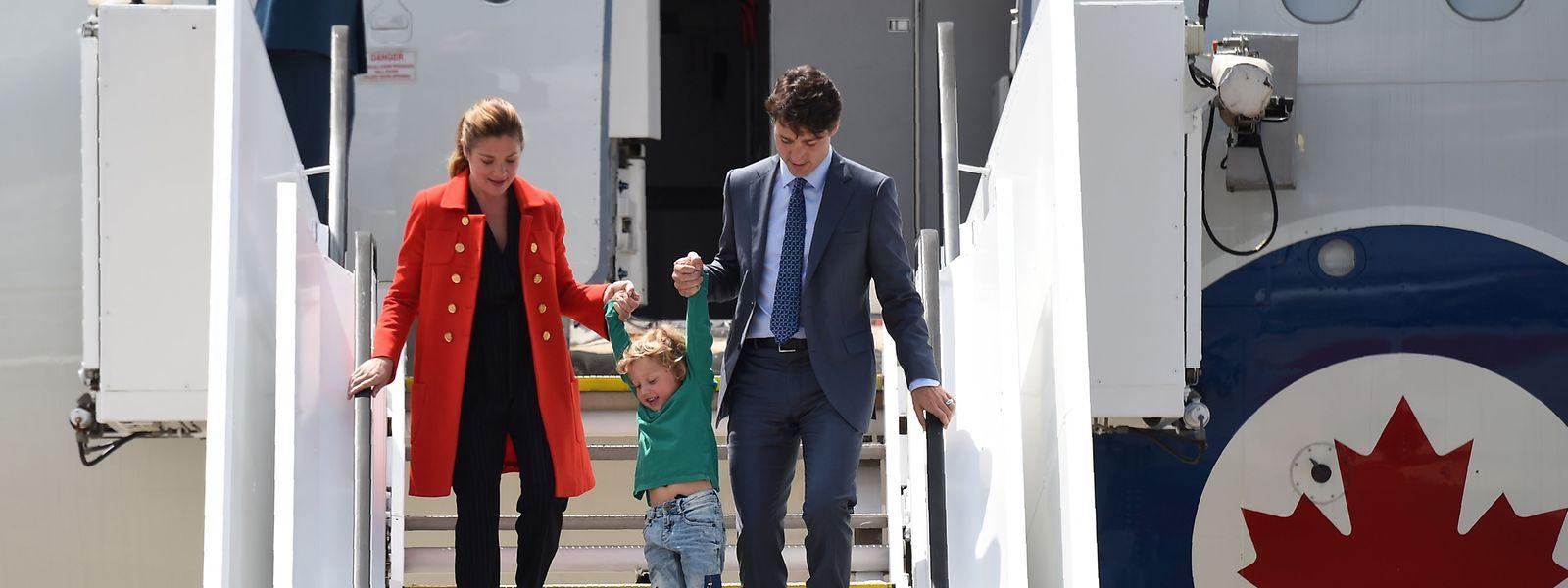 Letztlich ist es eine Treppe wie alle anderen auch: Kanadas Premier Justin Trudeau landet mit Frau Sophie Gregoire und Söhnchen Hadrien in Hamburg.