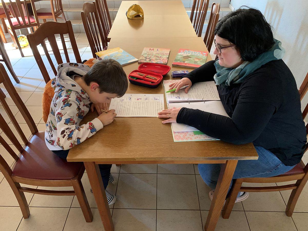 Während Michelle Weber mit dem Sohn lernt, kümmert sich ihr Mann um die zwei Töchter.