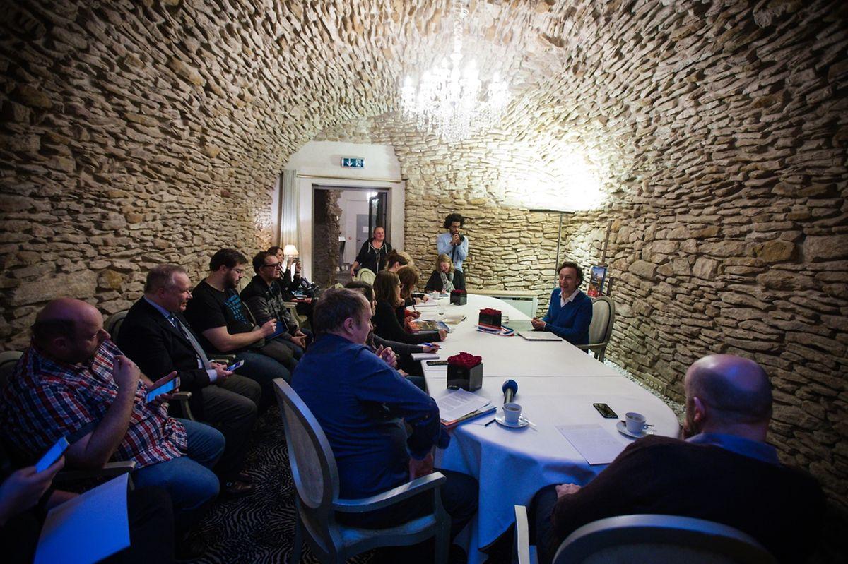 Une poignée de journalistes ont été conviés à la présentation du livre dans l'un des salons de réception de l'hôtel Le Place d'Armes