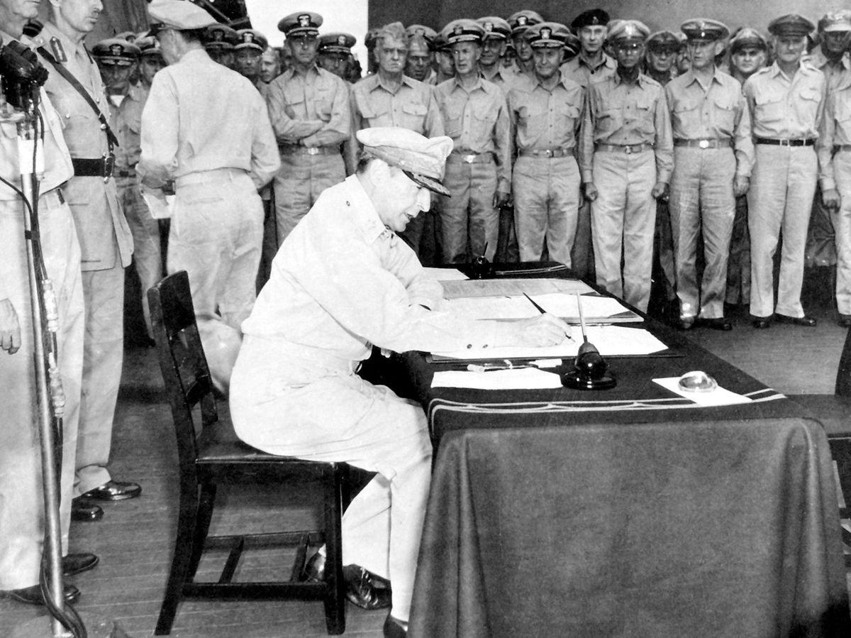 Le général McArthur, pour les Etats-Unis, a signé la capitulation du Japon le 2 septembre 1945, geste qui allait marquer la fin de la Seconde Guerre mondiale.