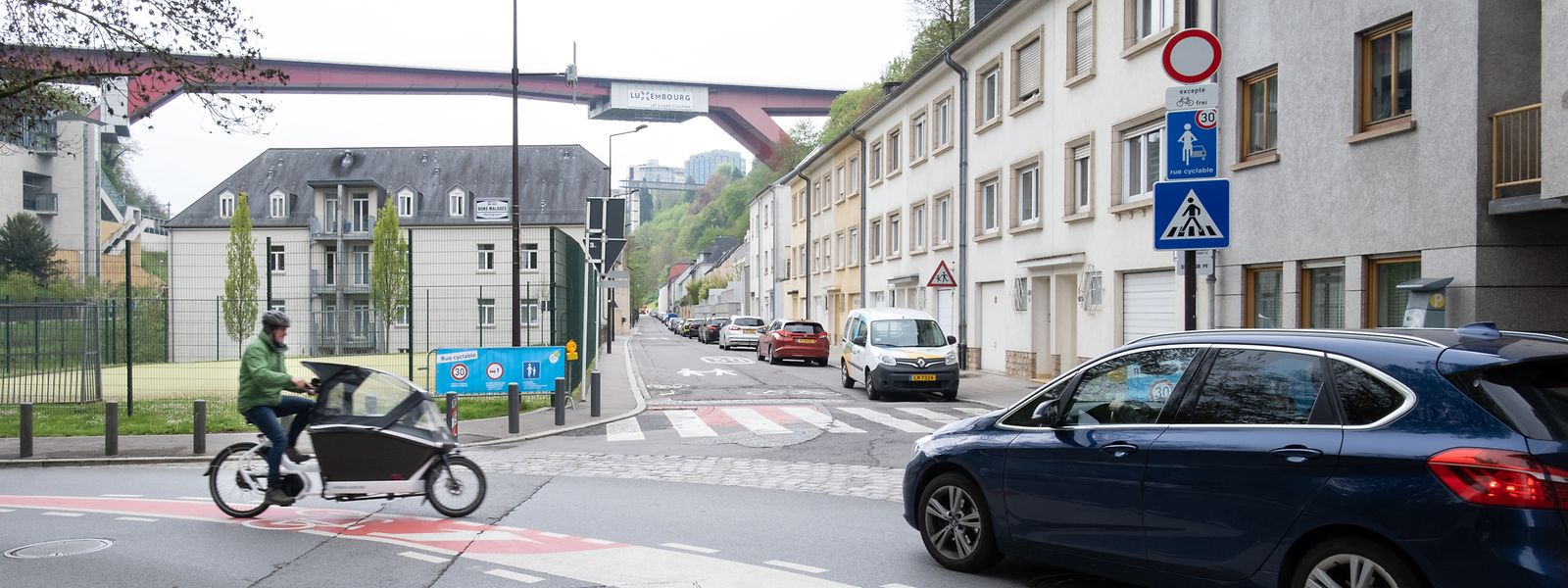 Radfahrer müssen inmitten der Fahrbahn zwischen kreuzenden Fahrzeugen anhalten, um nach links abzubiegen.