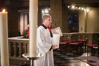 Glaube und Leben Kardinal Hollerich und Kardinal Baretto feiern Adveniat-Auftakt in Kathedrale, Zeremoniar Jean-Pierre Reiners bei Vorbereitungen, Foto: Lex Kleren/Luxemburger Wort