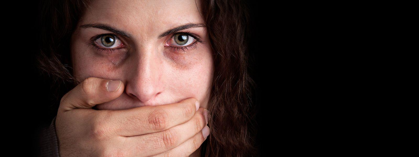 Nur sehr wenige Opfer von physischer Gewalt brechen ihr Schweigen sofort nach der Tat und erstatten Anzeige gegen den Täter.