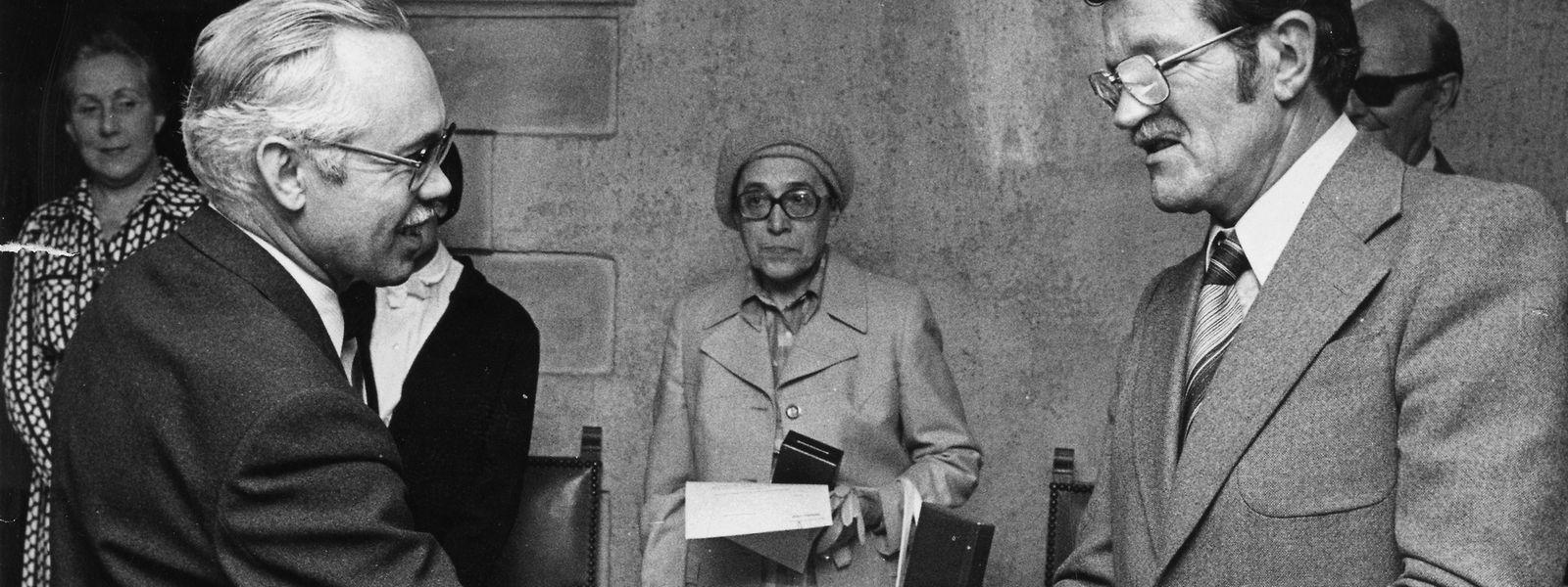 """Henri Blaise (links) im Jahr 1977, bei der Überreichung des """"Chevalier dans l'Ordre de la Couronne de Chêne"""" von dem damaligen Kulturminister Robert Krieps (LSAP)."""