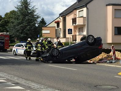 The accident occured Monday afternoon on the Rue des Trois Cantons in Garnich. The driver, whose car flipped over, managed to free himself, according to Kahler emergency services.