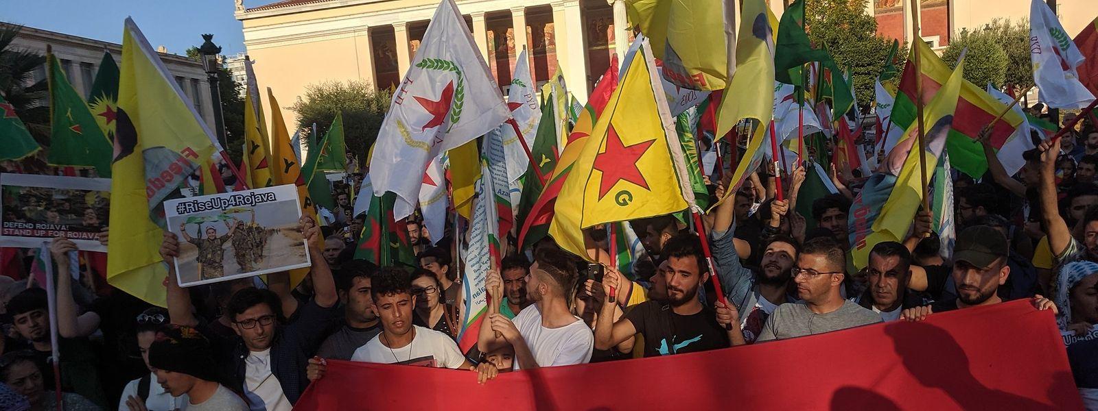 Manifestação contra ofensiva da Turquia ao povo curdo da Síria em Atenas, Grécia