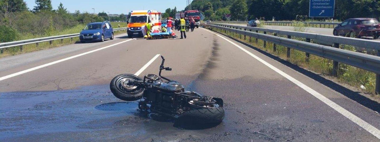 Bei dem Unfall am 1. Juli 2018 wurde der 37-jährige Motorradfahrer lebensgefährlich verletzt. Der Sozius, sein 13-jähriger Stiefsohn, überlebte nicht.