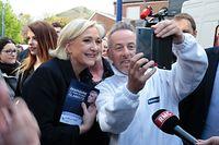 Marine Le Pen en campagne sur le marché de Rouvroy, dans le nord de la France, ce lundi matin