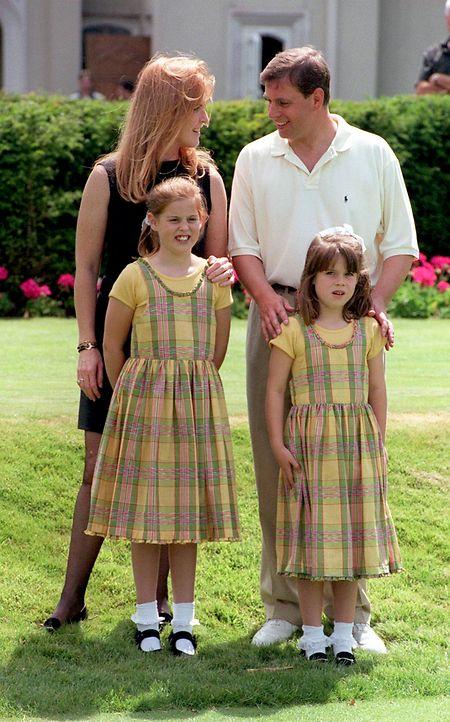 Sarah Ferguson, Herzogin von York und Prinz Andrew, Herzog von York,1988 mit ihren Kindern Beatrice (vorn, l) und Eugenie am Rande eines Golf-Turniers.