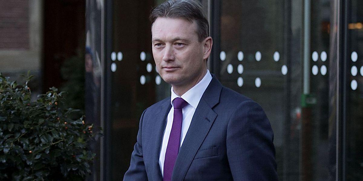 Le ministre néerlandais des Affaires étrangères, Halbe Zijlstra, quitte le parlement.