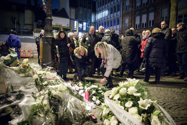 Trauernde legte am Montagabend Blumen an der Unfallstelle nieder.
