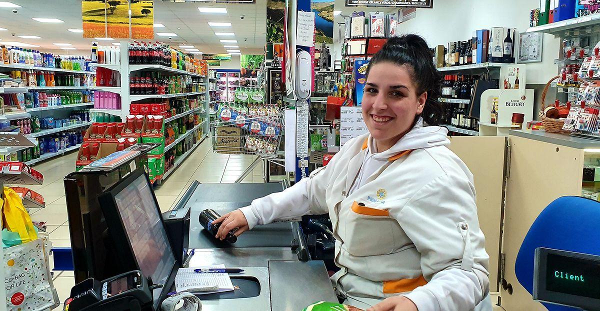 Perante os dias de pânico, resta-lhe sorrir. Acalma os clientes, diz Alexandra Dionísia Rodrigues. E acalma-a a ela própria.