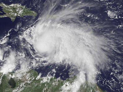 Matthew a été localisé à 710 km au sud-est de Kingston, en Jamaïque, avec des vents soufflant en moyenne à 260 km/h, ce qui en fait l'ouragan le plus puissant dans l'Atlantique depuis Felix en 2007