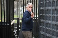31.10.2019, England, London: John Bercow, Präsident des britischen Unterhauses, trifft für seinen letzten Amtstag im Parlament ein und winkt. Bercow gibt heute (31.10.2019) sein Amt als Präsident des britischen Unterhauses auf. Foto: Stefan Rousseau/PA Wire/dpa +++ dpa-Bildfunk +++