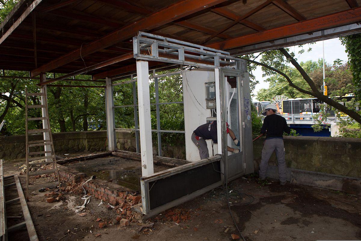 """Der seit langem leer stehende """"Kiosk"""" auf der rechten Seite des Pont Adolphe, vom Boulevard Royal kommend, wurde am Dienstag abgerissen."""