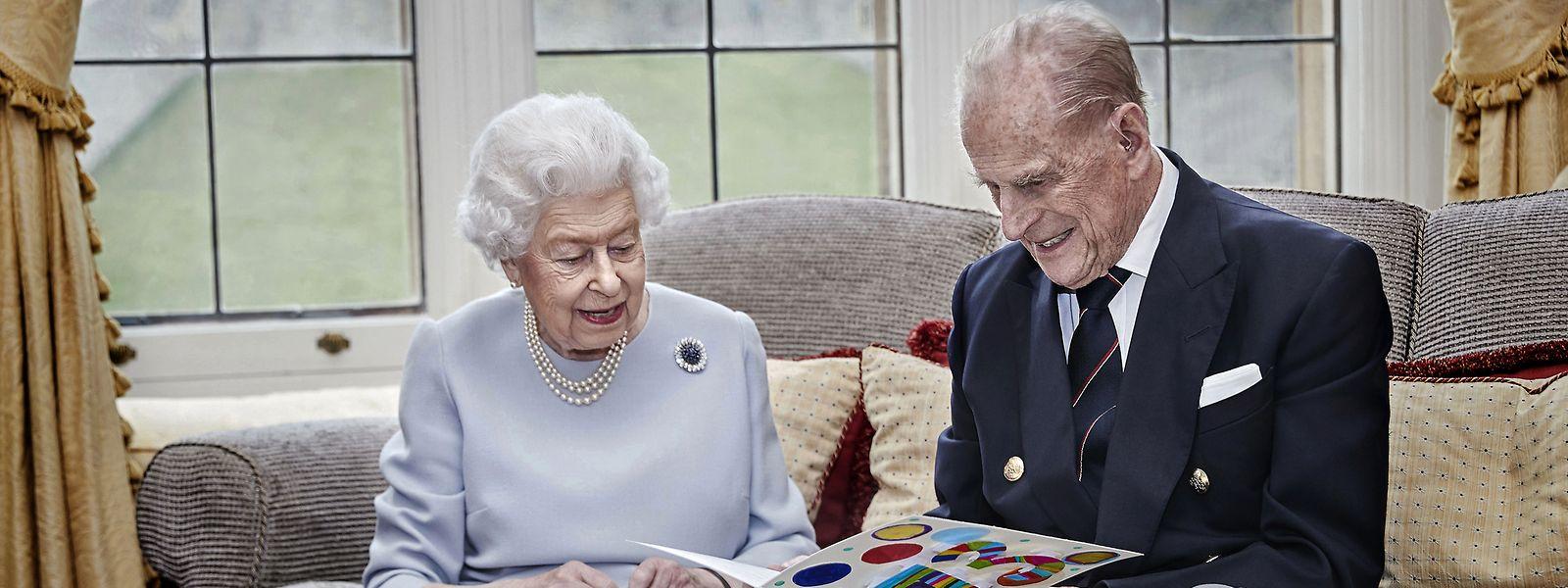 Königin Elizabeth II. und ihr Ehemann Prinz Philip, im Oak Room im Schloss Windsor.
