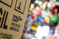 """05.06.2019, Mexiko, Tijuana: """"Hecho en Mexico"""" (Made in Mexiko)steht an einer Kiste in der mexikanischen Grenzstadt Tijuana. Weil Mexiko angeblich nicht genug gegen die illegale Migration tut, droht US-Präsident Trump mit Strafzöllen auf alle Importe aus dem südlichen Nachbarland. Foto: Omar Martinez/dpa +++ dpa-Bildfunk +++"""