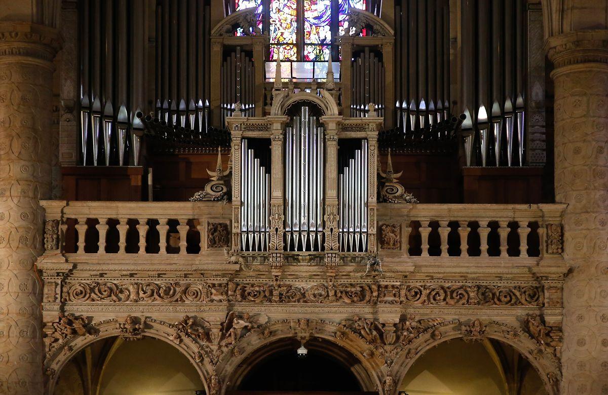 Schlichter als die schimmernden Pfeifen der Orgel, sind die Säulen der weißen Balustrade. Doch sie erzählt eine Geschichte, und die ist sogar älter als die Jesuitenkirche selbst.