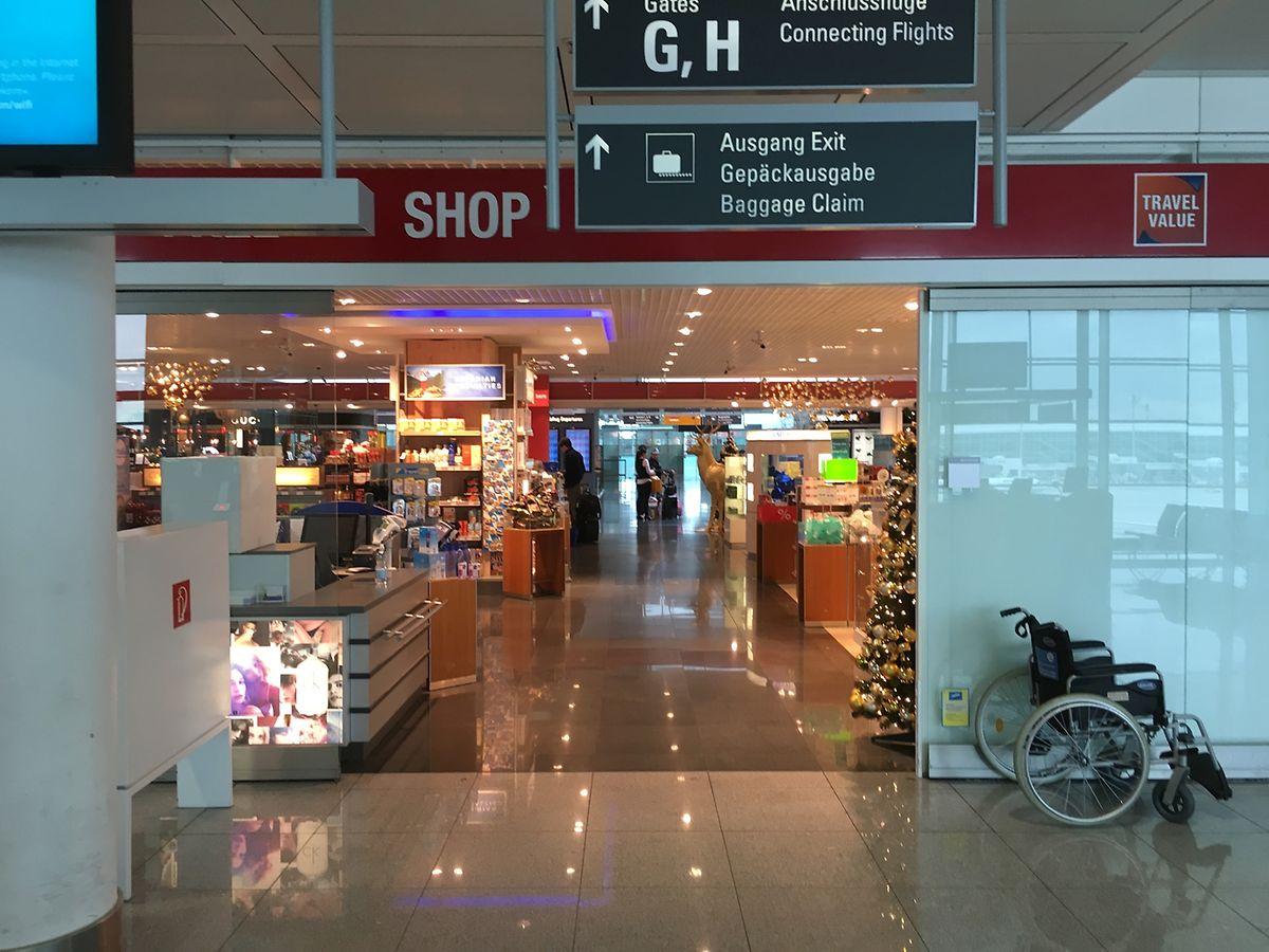 Im Hintergrund die Passkontrolle. Von dort gelangen Transitpassagiere durch eine Verkaufsgalerie auf gleicher Ebene direkt zum Flugsteig. Kurze Wege sind ein Plus des Münchner Drehkreuzes.