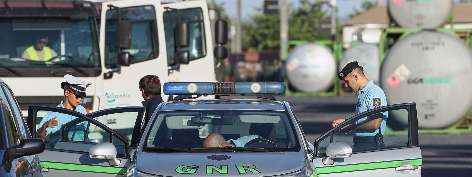 Militares da GNR escoltam camiões com combustível à saída do terminal de Loulé, durante o segundo dia da greve por tempo indeterminado dos motoristas de matérias perigosas e de mercadorias, Faro, 13 de agosto de 2019. Ao fim do primeiro dia de greve de motoristas, o Governo decretou a requisição civil, alegando o incumprimento dos serviços mínimos.