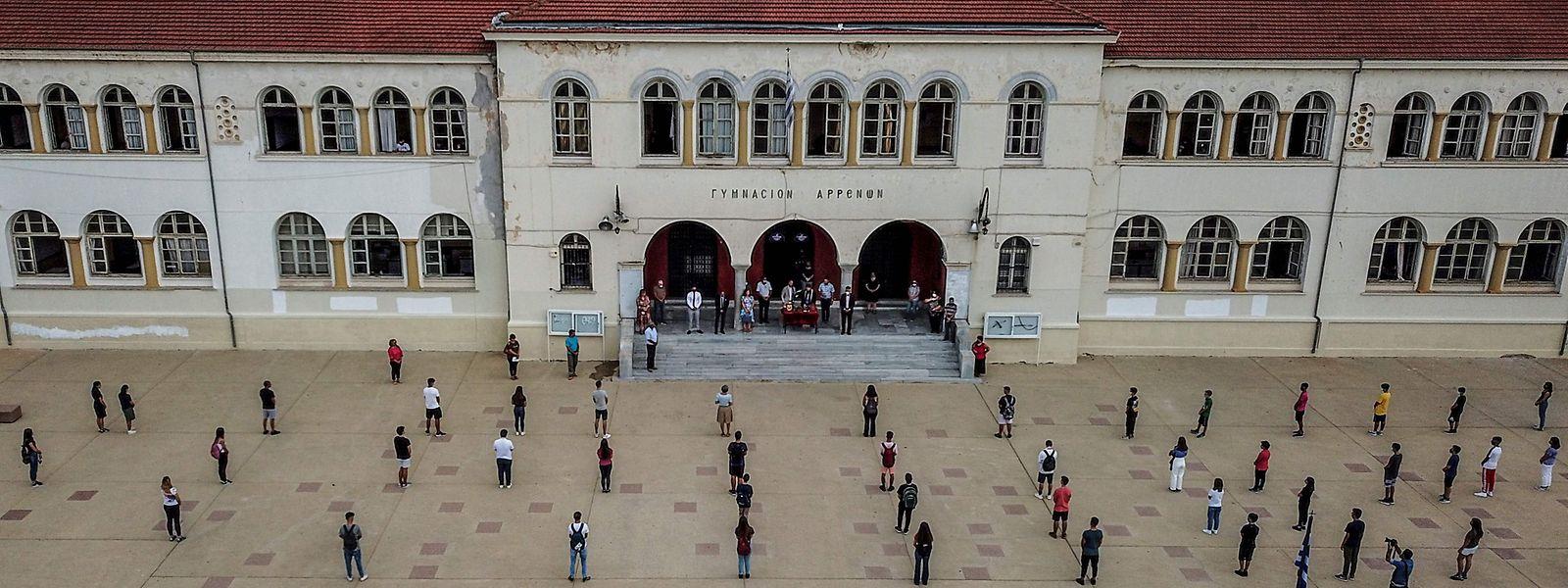 Estudantes do ensino secundário a respeitar o distanciamento físico durante a cerimónia de arranque do novo ano letivo numa escola em Drama, na Grécia.