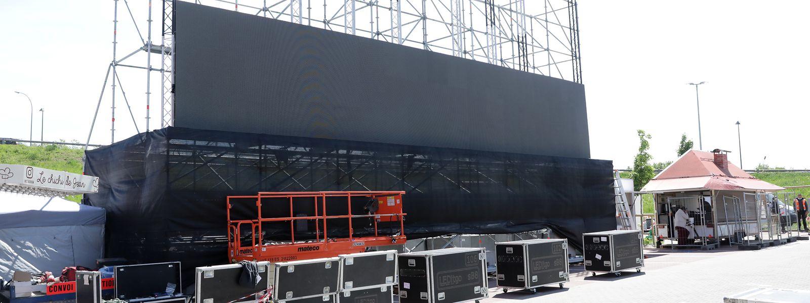 Un ballast de 40 tonnes de béton leste au sol cet écran géant de 15X6m.