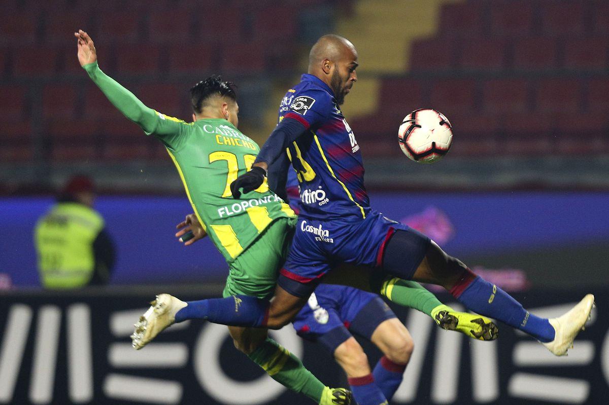 Marcão do Desportivo de Chaves disputa a bola com Chico, jogador do Tondela.