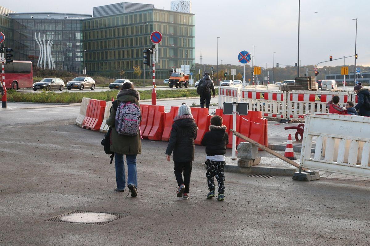 Aux abords de l'école et près des chantiers, les trottoirs sont inexistants.
