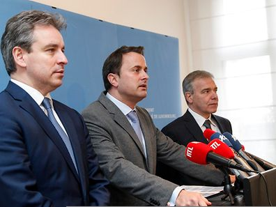 Prime Minister Xavier Bettel (c.) with Education Minister Claude Meisch (l.) and Interior Minister Dan Kersch (r.) at a press conference on January 20