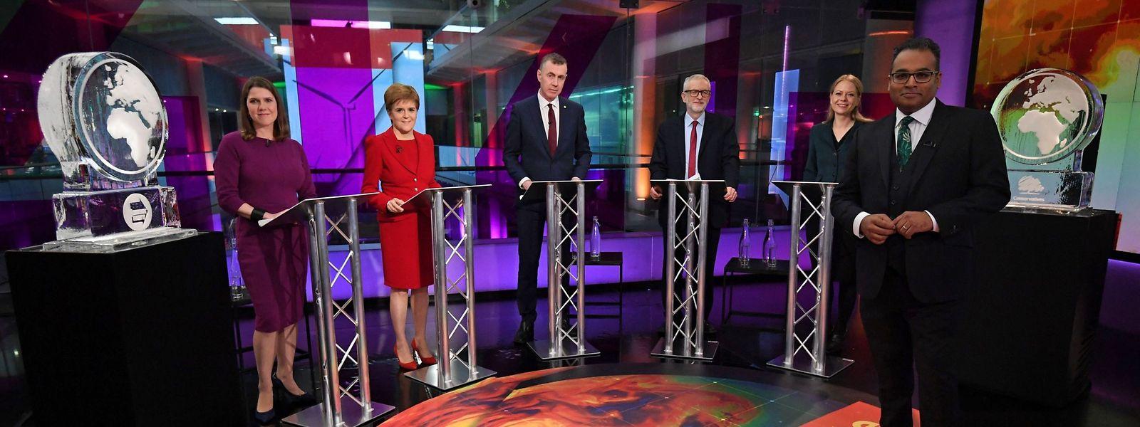 """Zwei Eisskulpturen in Form der Erdkugel ersetzten die fehlenden Parteichefs Boris Johnson und Nigel Farage in der """"Channel 4""""-Debatte."""